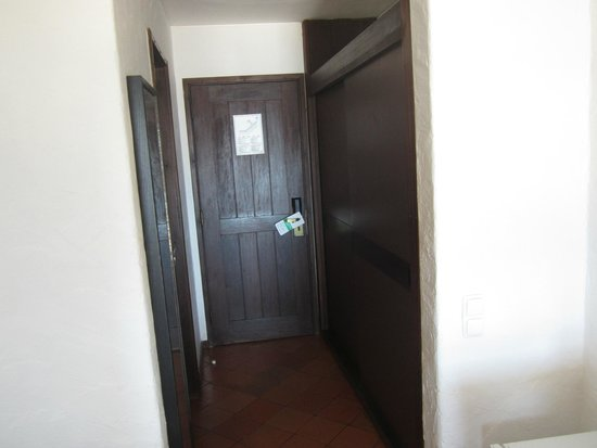 Hotel do Mar : acceso a habitación,armario y puerta del servicio