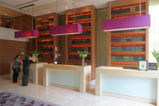 Courtyard by Marriott Bangkok: Reception area