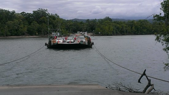 Daintree Tours: Ferry crossing the river to Cape Tribulation. .