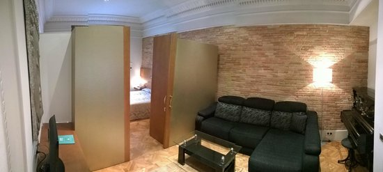 Hotel SERHS Rivoli Rambla: Panoramic image of the room showing the sitting area (with piano) and semi-separate sleeping are