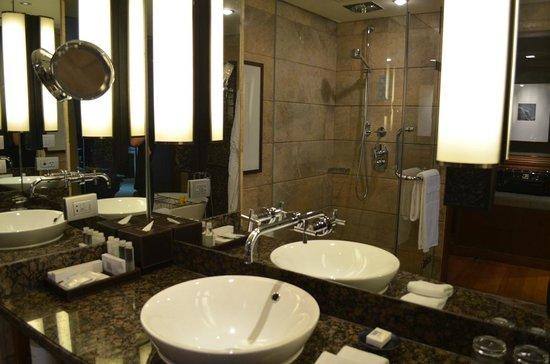 Conrad Bangkok Hotel: The bathroom in our suite