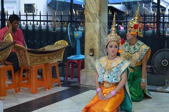Conrad Bangkok Hotel: Traditional Thai dancers by the temple near SIAM station