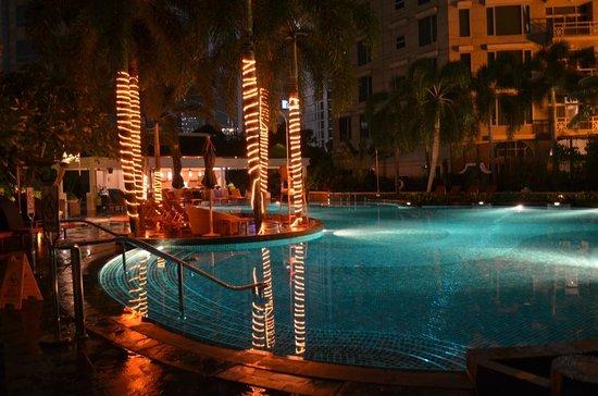 Conrad Bangkok Hotel: Pool at night at the hotel