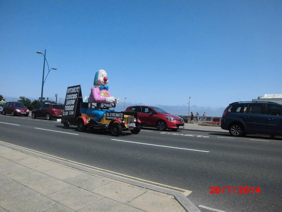Great Yarmouth Marine Parade: Clown advertising Circus