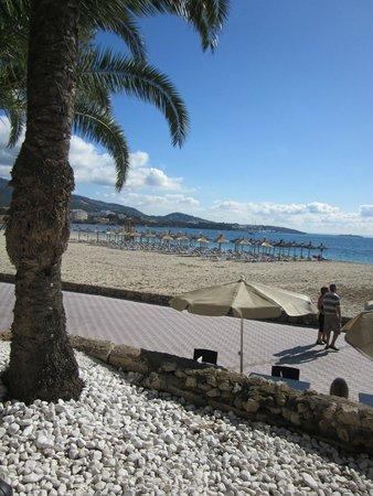 Sol Beach House Mallorca: Beach right outside the hotel