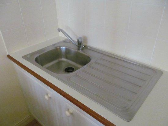 ULTIQA Rothbury Hotel: Mini mutfak lavabosu