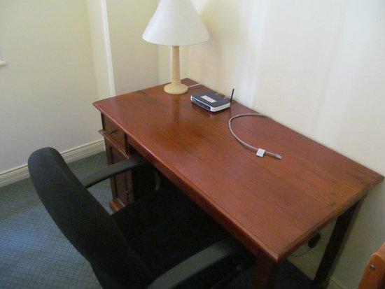 ULTIQA Rothbury Hotel: Çalışma masası ve modem