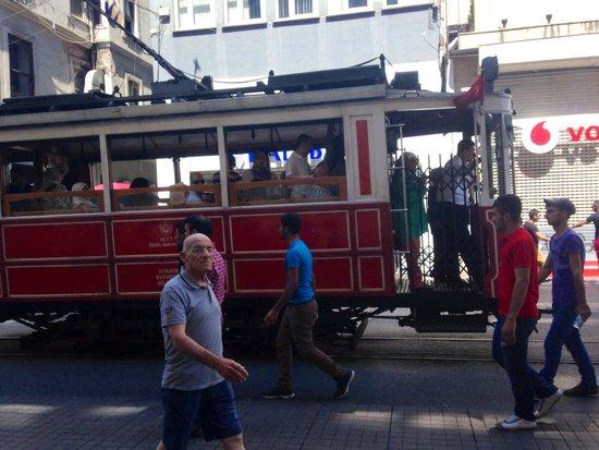 Istanbul Apartments Istiklal: Strassenbahn