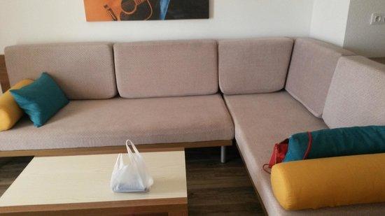 Sandos Benidorm Suites: Sofa