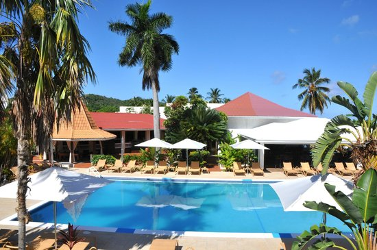 Radisson Grenada Beach Resort: Pool mit Palmen