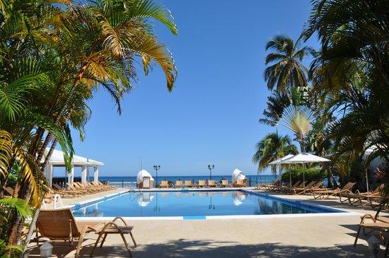Radisson Grenada Beach Resort: Pool mit Meerblick