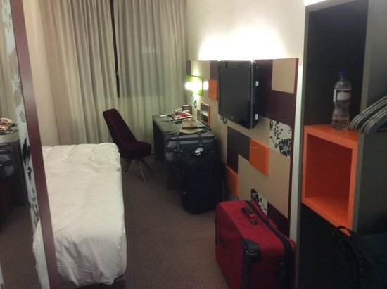 pentahotel Reading: Concise, but not overly cramped room with a kingsize bed and four suitcases
