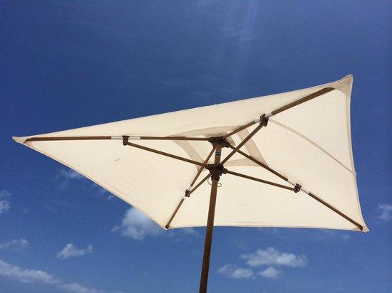 Kura Hulanda Lodge & Beach Club : Strand parasol