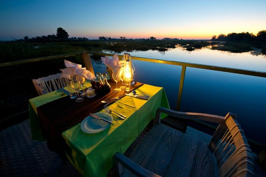 Wilderness Safaris Kings Pool Camp: Dining by the channel at Kings Pool