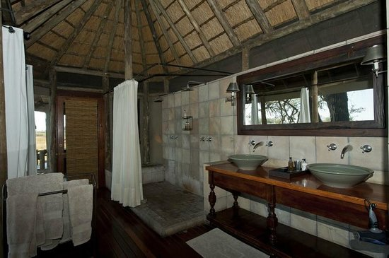 Wilderness Safaris Kings Pool Camp: Bathroom in standard Room