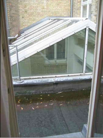 Hotel Merit: durch Kippen völlig versiffter Balkon