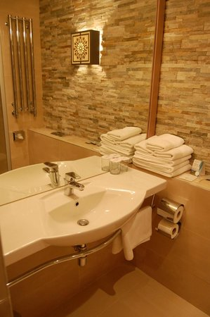 Hotel Grand: Bathroom