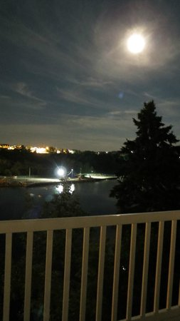 Hill Top Motel & Restaurant: The beautiful moon from our balcony.