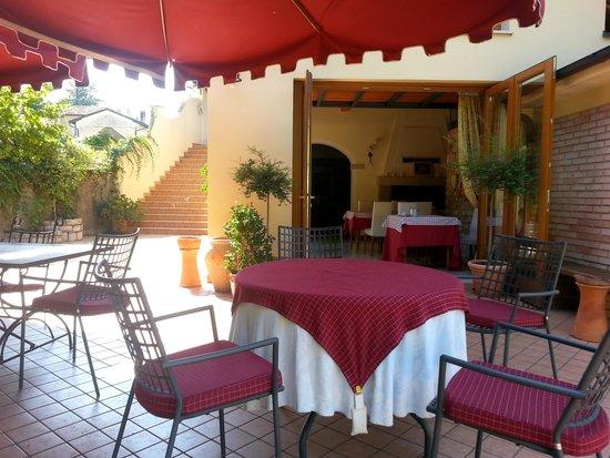 Tavoli per la colazione allaperto - Picture of Hotel Calvi, Vittorio ...