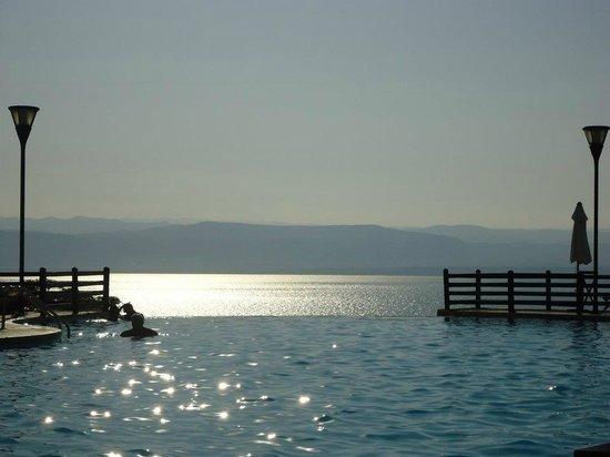 Dead Sea Marriott Resort & Spa: A piscina e o Mar Morto ao fundo!