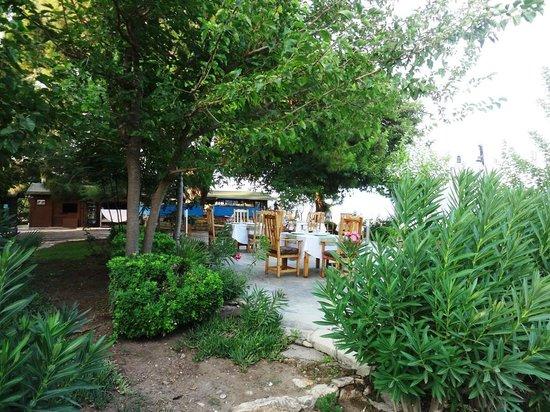 Etenna Bungalow: ресторан у пляжа