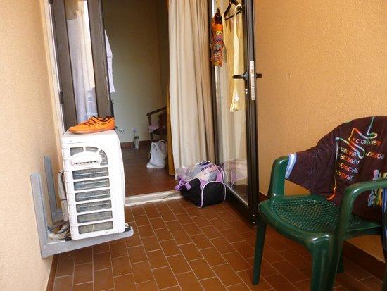 Casablanca Inn: massive and invasively loud air con room 215.