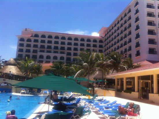 GR Solaris Cancun: Zona de Piscina y Hotel