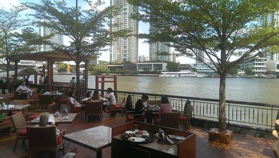 Shangri-La Hotel,Bangkok : Breakfast area outside