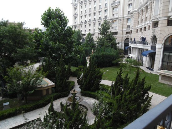 Legendale Hotel Beijing: The gardens