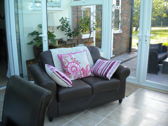 Winchmore House B & B: Seating area in conservatory for guests