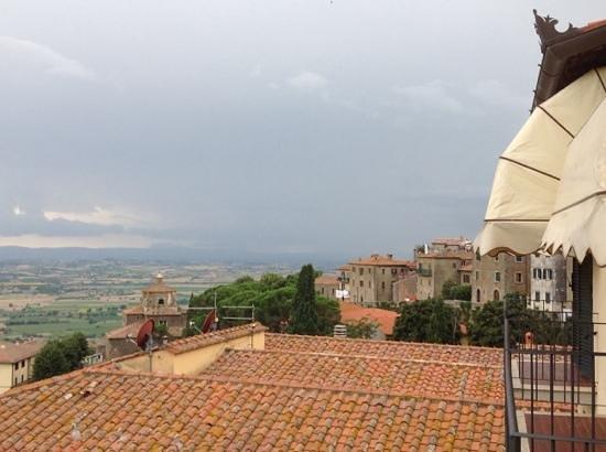 Hotel San Luca: vue sur les toits de Cortona depuis le balcon de la chambre