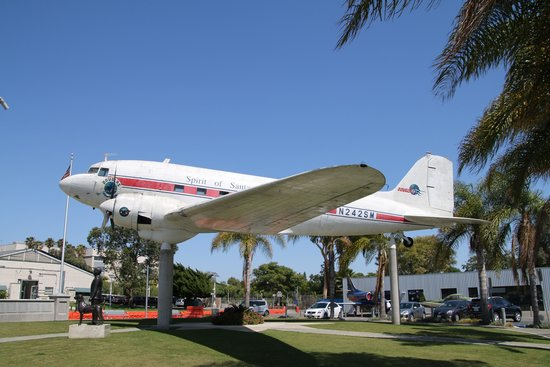Museum of Flying: 中庭にあるDC-3です