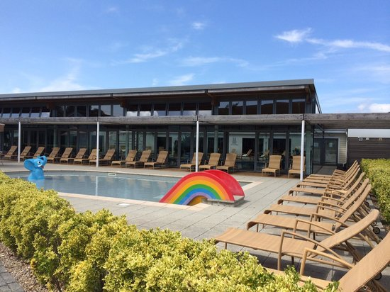 The West Bay Country Club & Spa: Outdoor splash pool with country club behind