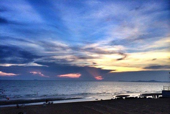 Ambassador City Jomtien : Закат на пляже