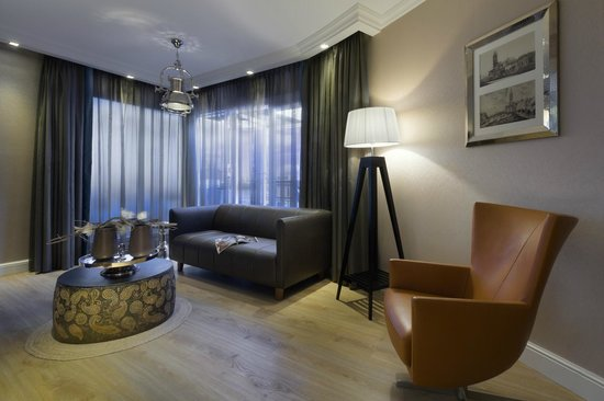 Hotel Dux: Suite Deluxe Lounge Area