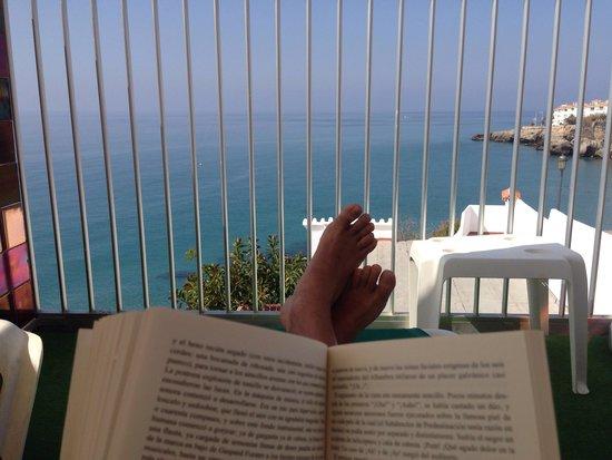Hotel Balcon de Europa: Terraza de la Piscina y libros....un PLACER.
