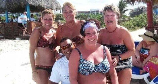 Memories Paraiso Beach Resort: nos chaise sont toujours propre avec lui sur la plage