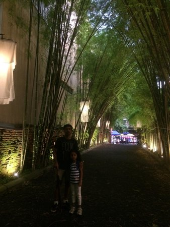 Tamarind Village : Entrance at night