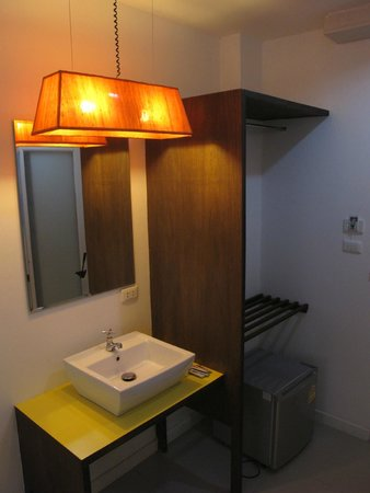 At Hua Lamphong Hostel: Twin Room