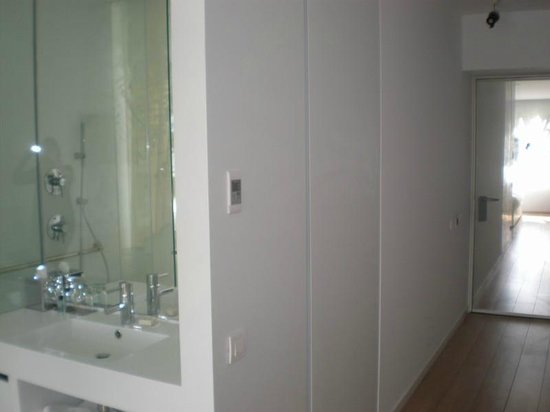 Renaissance Barcelona Fira Hotel: Bathroom entrance with toilet being the door after