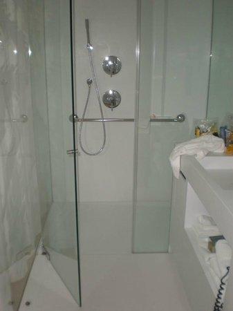 Renaissance Barcelona Fira Hotel: Sink & shower area with glass door