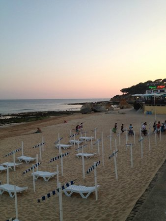 Aparthotel Oceanus: Beach at evening