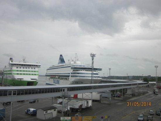 Tallinn Seaport Hotel: Вид из номера на паромы