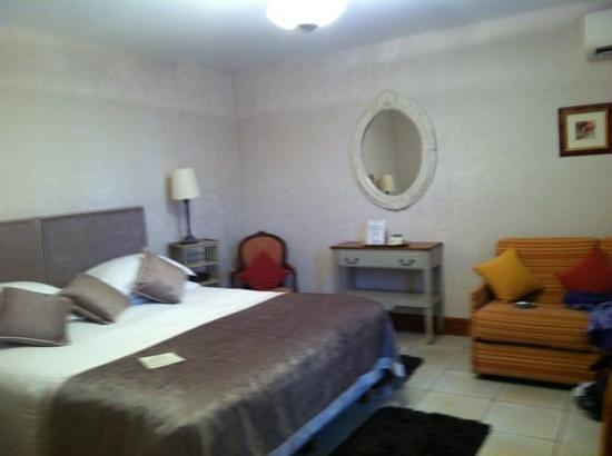 Hotel Le Manoir les Minimes: Quarto confortável.