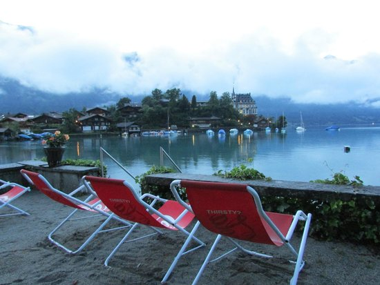 Lakelodge Iseltwald Hostel: chairs available infront of hotel