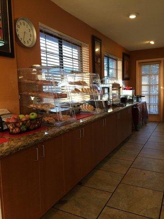 GreenTree Inn Flagstaff: Petit dejeuner très limitè et de nauvaise qualité (pré-préparé, tout est bourré de sucre).l'uniq