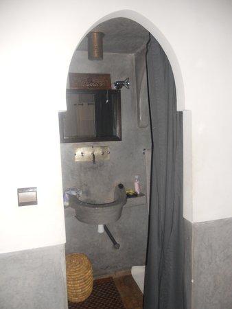 Riad des Etoiles : salle de bains fermée par un rideau