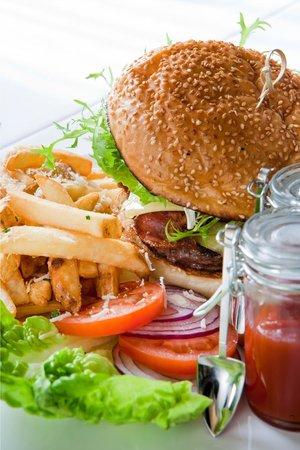 Chicago Prime Steakhouse : Стейк-бургер с беконом, сырами Грюйер и Чеддер, обжаренным луком и грибами