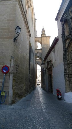 Parador Arcos de la Frontera: The drive to the Parador requires this narrow gap