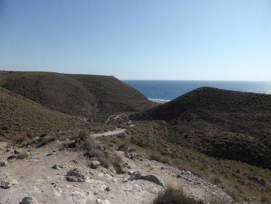 Carboneras, Spanien: Playa de los Muertos vista dall'inizio del sentiero